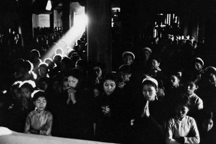 Nord Vietnam, 1969. Phat Diem, centre de la rŽgion le pluschristianisŽ du Nord Vietnam. Attendant de recevoir lacommunion pendant la messe du dimanche matin dans uneŽglise de Ninh Binh